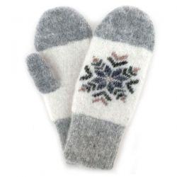 Теплые варежки со снежинкой