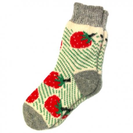 Женские вязаные носки с клубникой