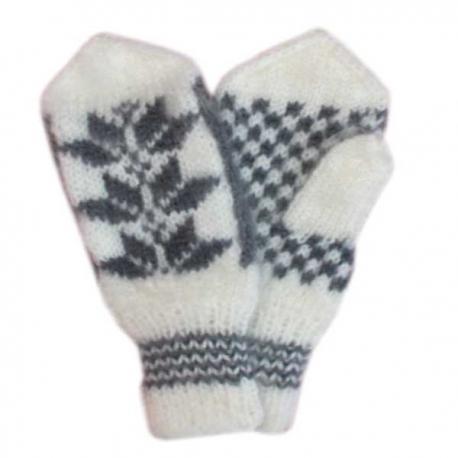 Белые варежки ручной работы с черным узором