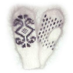 Белые мохеровые варежки с рисунком