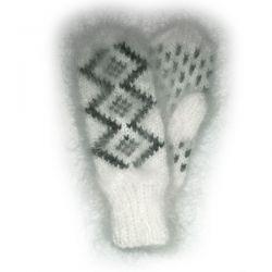 Белые мохеровые варежки с орнаментом
