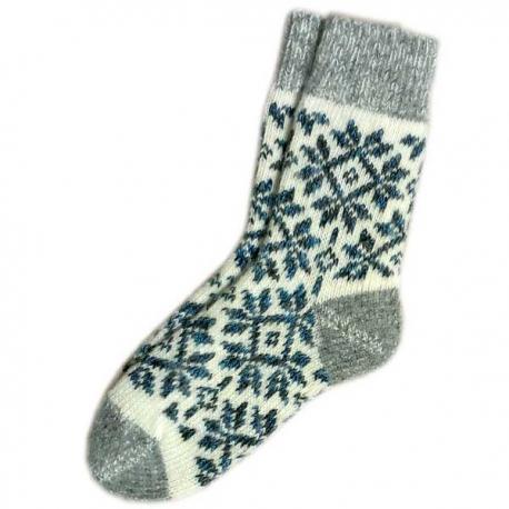 Женские вязаные носки серые со снежинками