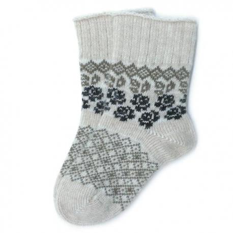 Носки из шерстяной бежевой пряжи с цветочным орнаментом