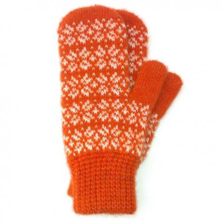 Оранжевые шерстяные варежки со снежинками