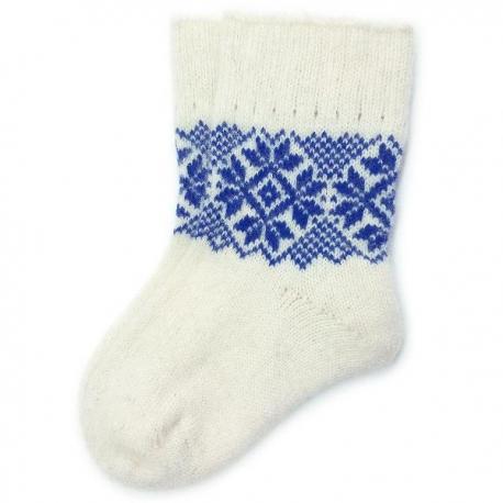 Белые вязаные носки с орнаментом