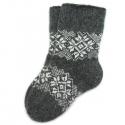 Серые вязаные носки с орнаментом