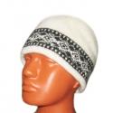 Белая вязаная шерстяная шапка с черным орнаментом