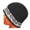 Черная вязаная шерстяная шапка с белым орнаментом